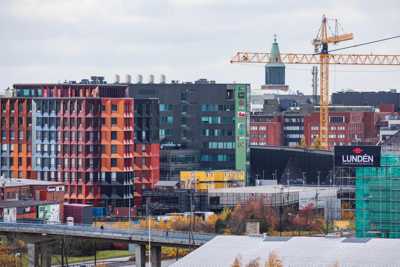 Tiedepuiston uusia rakennuksia ja rakennusnosturi.