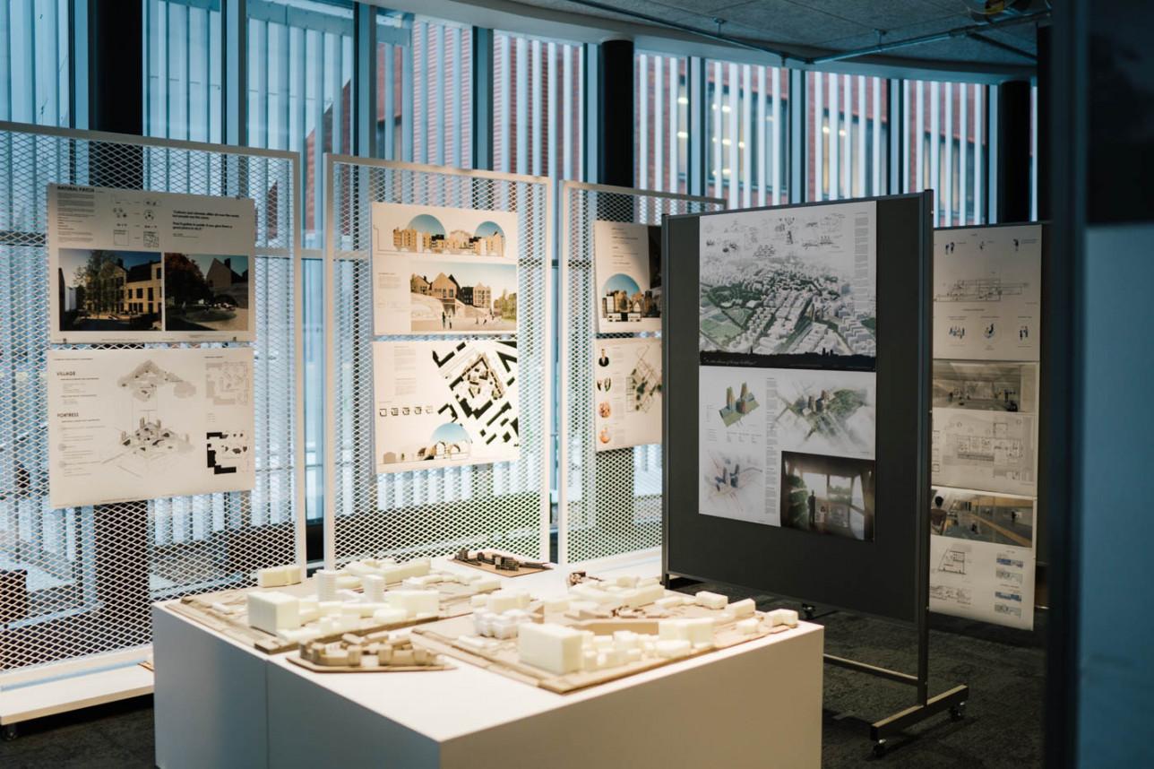 Pienoismalli ja teoksia näyttelysermeissä.