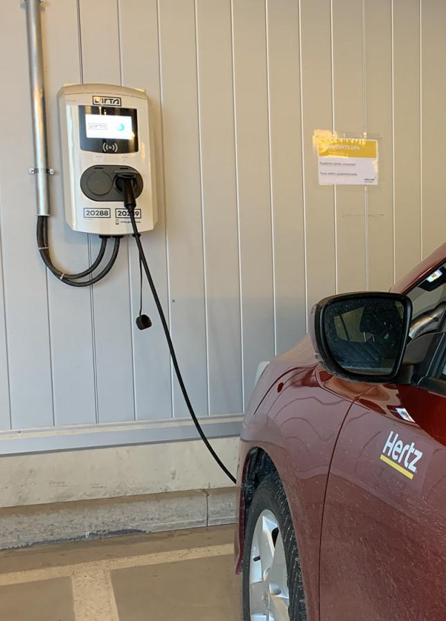 Yhteiskäyttöauto latauksessa ICT-Cityn parkkihallissa.