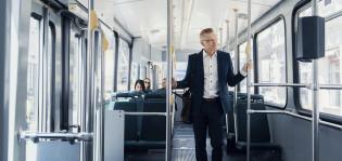 Juha Kostiainen seisoo raitiovaunussa