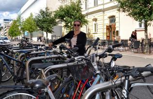 Katariina Salokannel ja uudet pyörätelineet