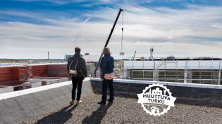 Tutkijat katolla katsomassa kohti Tiedepuiston aluetta.