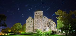 Öinen Turun linna ja tähdet.