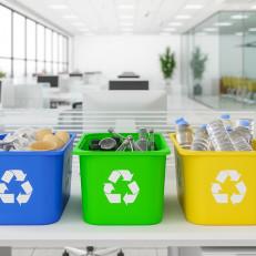 Eri väriset lajitteluastiat toimiston eri kierrätysroskille