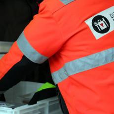 Operaatio Ruokakassin työntekijä pakkaa ruokaa laatikoihin.